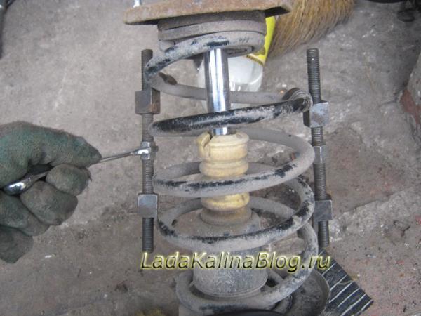 как снять пружины передних стоек на Калине