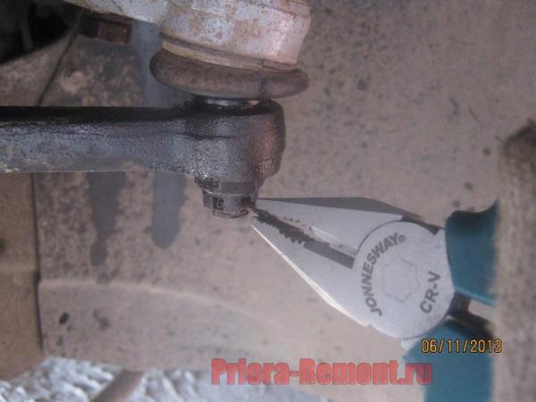 вытащить шплинт из рулевого наконечника на Приоре