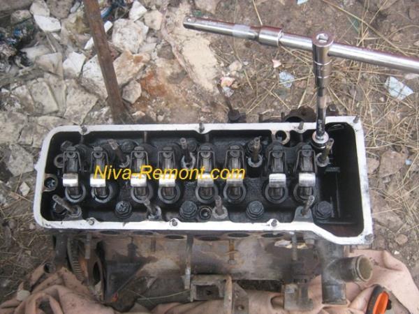 откручиваем болты крепления ГБЦ на Ниве ВАЗ 2121