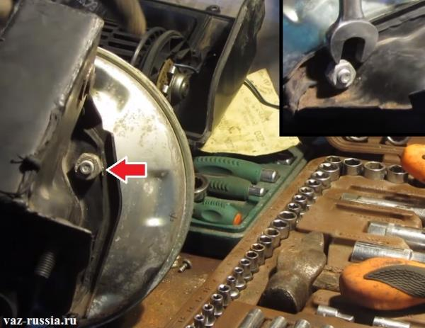 Отворачивание двух гаек и разъединение кронштейна и усилителя тормозов