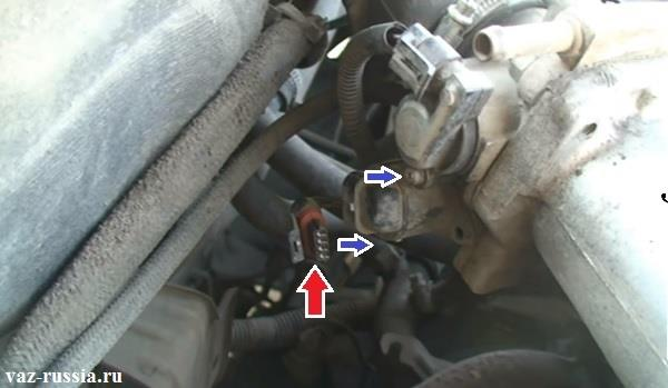 Отсоединение колодки проводов от датчика ХХ и выворачивание винтов которые его крепят