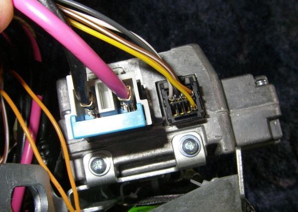 Колодки жгута в разъеме электроусилителя руля (ЭУРа)