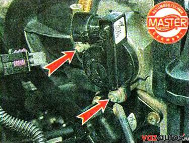 Крестовой отверткой отворачиваем два винта крепления регулятора холостого хода к корпусу дроссельной заслонки