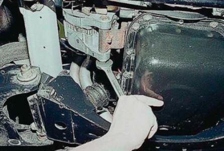 Ослабляем болт крепления генератора на ВАЗ 2101, 2102, 2103, 2104, 2105, 2106, 2107