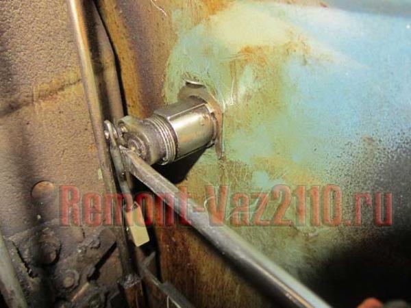 вставить отвертку между личинкой и тягой на ВАЗ 2110-2112