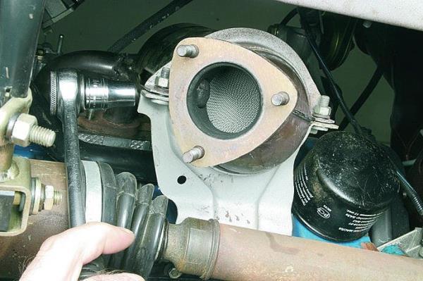 Откручивание гаек крепления хомута поддерживающего кронштейна катколлектора двигателя ВАЗ-11183 Лада Гранта (ВАЗ 2190)