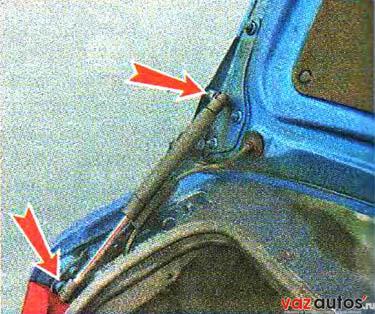 Крышка багажного отделения прикреплена к каждой петле тремя гайками под ключ на 10 мм