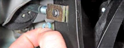 Снятие пластмассового стопора с пальца крепления толкателя вакуумного усилителя тормозов Lada Largus
