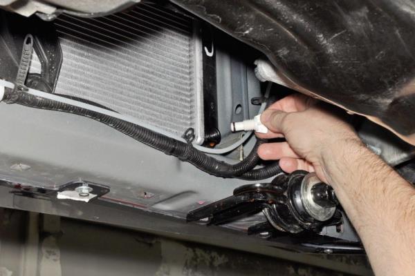 Закручивание пробки сливного отверстия радиатора двигателя ВАЗ-21126 Лада Гранта (ВАЗ 2190)