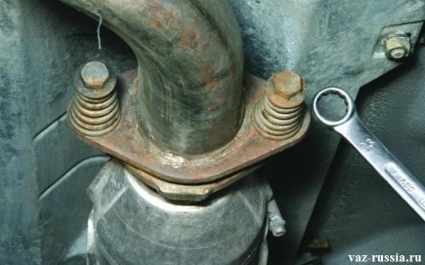 Отворачивание болтов крепления катализатора к приемной трубе