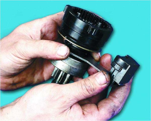 Снятие опоры с уплотнителем с рычага стартера Лада Гранта (ВАЗ 2190)