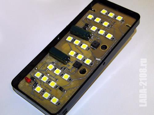 Плата со светодиодами и устройством управления
