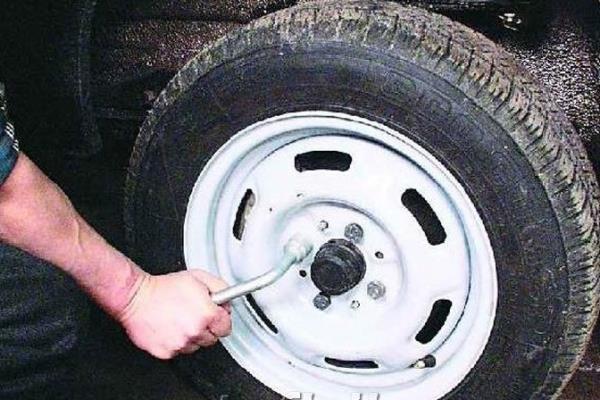 Срываем болты с колеса