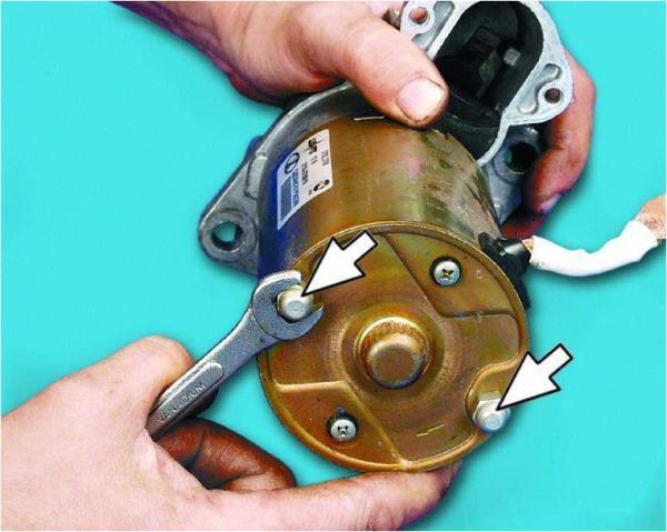 Откручивание гаек стяжных шпилек стартера Лада Гранта (ВАЗ 2190)