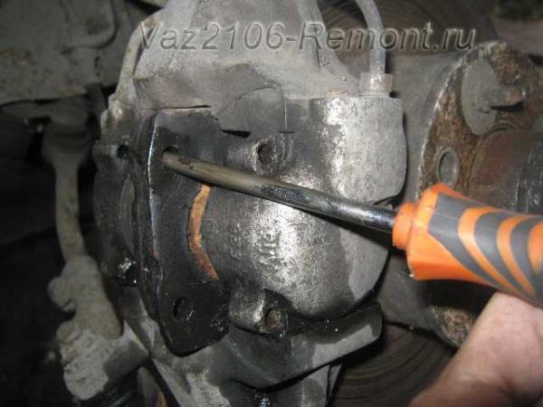 прикипели колодки к тормозному цилиндру на ВАЗ 2106