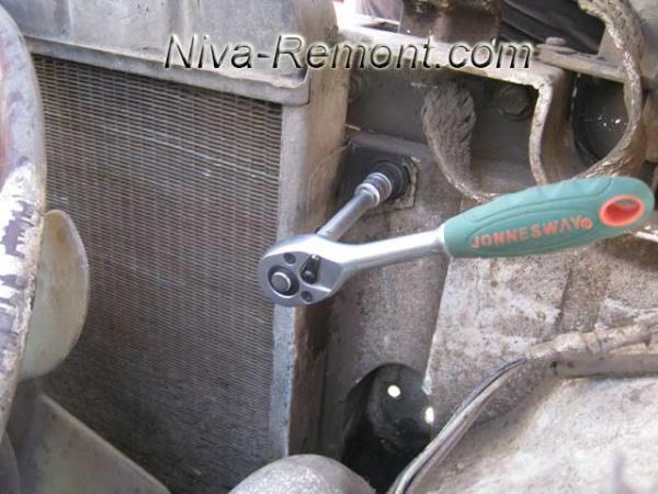 откручиваем два болта крепления радиатора Нивы