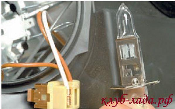 Снять лампу из корпуса фары