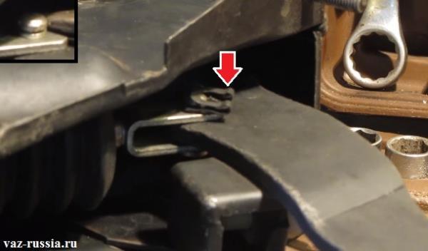 Снятие стопора и выбивание штока который скрепляет между собой педаль тормоза и вакуумный усилитель