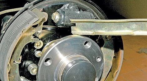 Замена задних тормозных колодок в Ладе Гранта