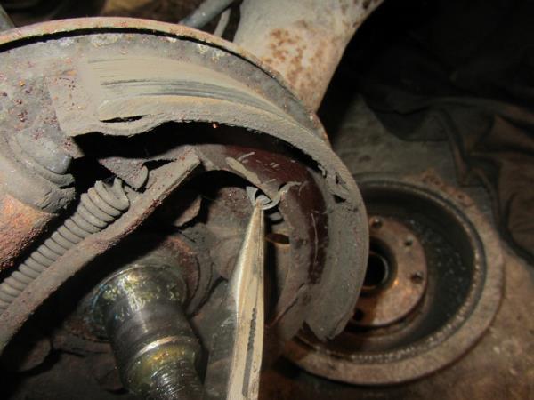 как снять пружину фиксации тормозных колодок на ВАЗ 2114-2115