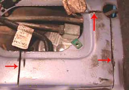 Прорезаем металл вокруг бензонасоса на ВАЗ 2108, 2109, 21099
