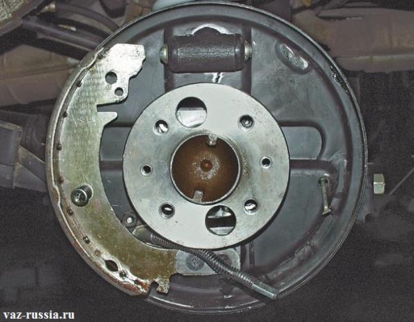 Снятая задняя тормозная колодка с тормозной системы