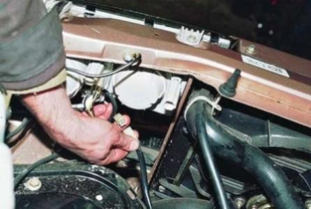 Отсоединяем провода от вентилятора охлаждения на ВАЗ 2110, 2111, 2112