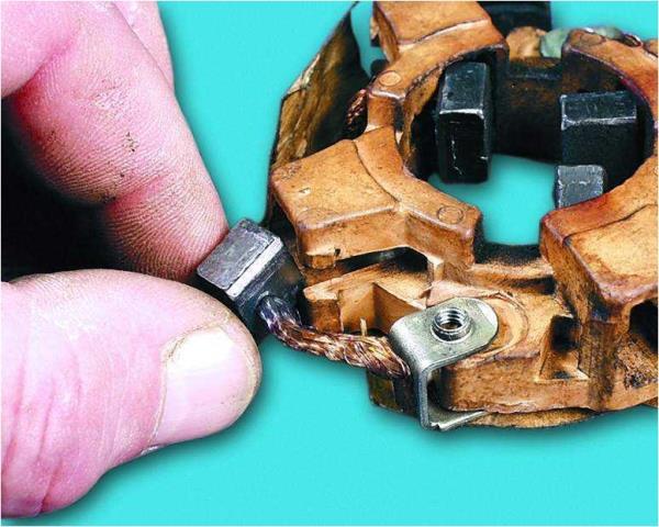 Снятие щеток из направляющих щеткодержателя стартера Лада Гранта (ВАЗ 2190)