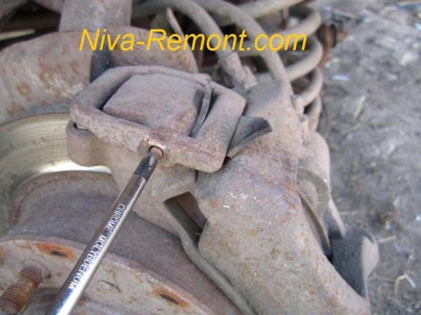 выдавливаем шток передних тормозов Нивы