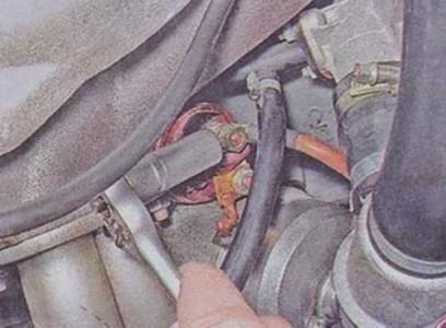 Откручиваем гайку крепления плюсового провода стартера Откручиваем болты крепления щитка стартера на ВАЗ 2101, 2102, 2103, 2104, 2105, 2106, 2107