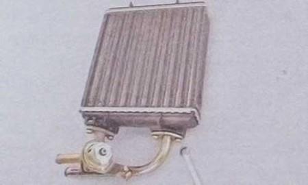 Откручиваем болты крепления отводящего патрубка радиатора печки на ВАЗ 2107