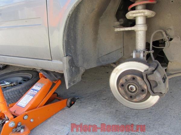снять переднее колесо на Приоре