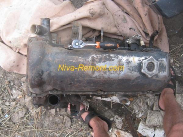 откручивание болтов клапанной крышки на ВАЗ 2121 Нива