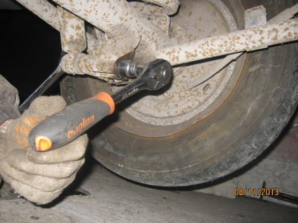 открутить задние амортизаторы на ВАЗ 2101-2107
