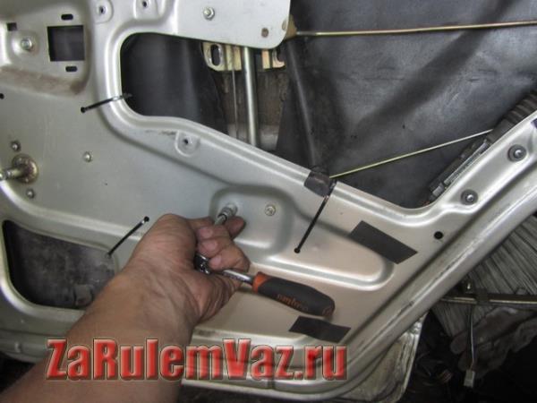 крепление задних стеклоподъемников на ВАЗ 2114 и 2115