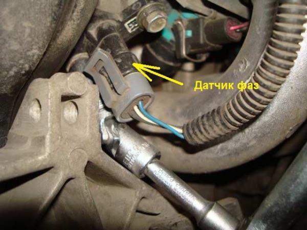 Откручивание болтов крепления датчика положения распредвала двигателя ВАЗ-21126 Лада Гранта (ВАЗ 2190)