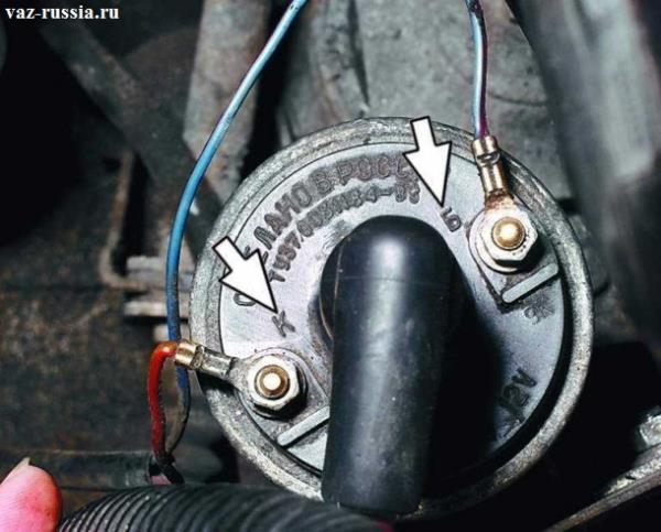 Стрелками указаны две маркировки «Б» и «К», которые нанесены на крышке катушки зажигания
