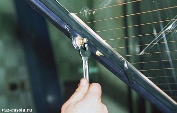 Выворачивание с помощью гаечного ключа кронштейна, удерживающего газонаполнительный упор