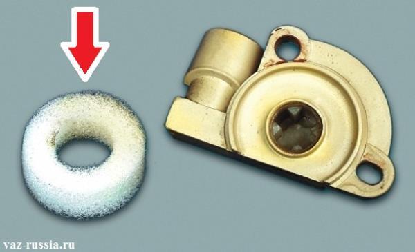 Красной стрелкой указано поролоновое кольцо, которое в случае деформации подлежит замене