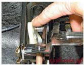 Снять проушину корпуса механизма автоматической регулировки длины троса