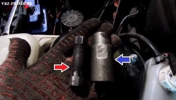 Специальный съёмник благодаря которому можно вывернуть гайку крепления штока передней стойки