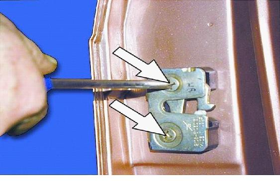 Фиксатор регулируется с помощью отвертки