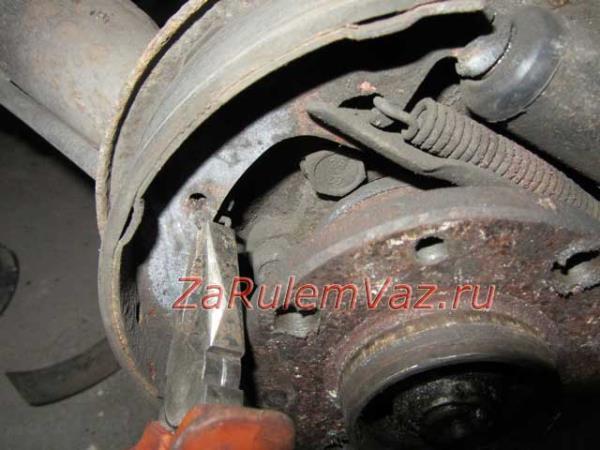 отсоединение центральной пружины на колодках заднего колеса Лады Гранты