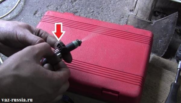 Легкое кратковременное касание кончиков проводов которые идут от зарядки, с двумя выводами которые присутствуют в электрическом разъеме топливной форсунки