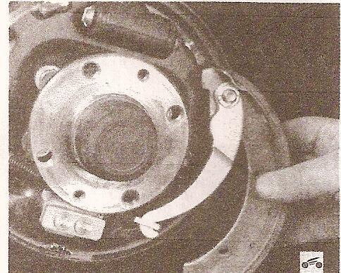 Замена тормозных колодок задних колес - Мегаобучалка