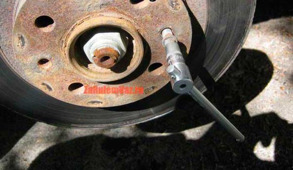 открутить шпильки направляющие на тормозном диске ВАЗ 2114