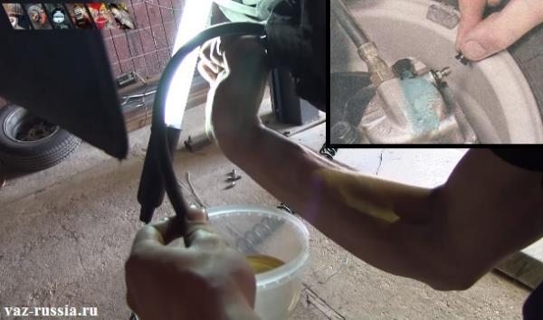 Снятие пластмассового колпачка и прокачка тормозной системы