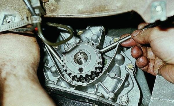 Поддевание шкива привода ГРМ для снятия с коленчатого вала двигателя Лада Гранта (ВАЗ 2190)