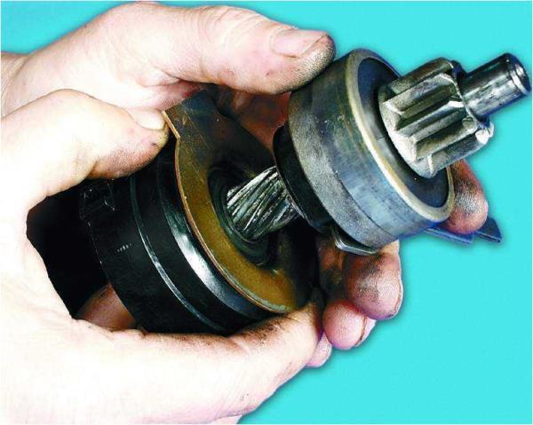 Проверка легкости перемещения привода по шлицам вала стартера Лада Гранта (ВАЗ 2190)