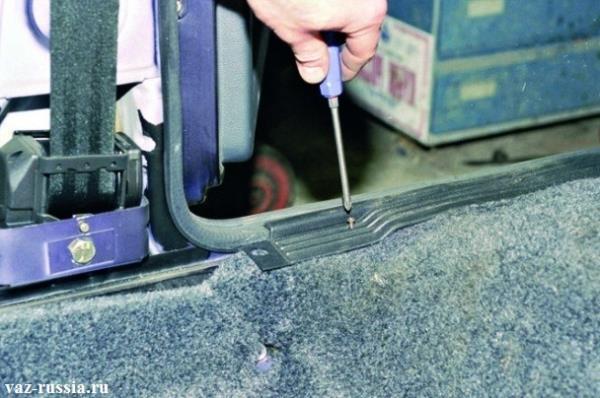Отворачивание трёх винтов крепления нижний накладки порогов задних дверей, и дальнейшее её снятие